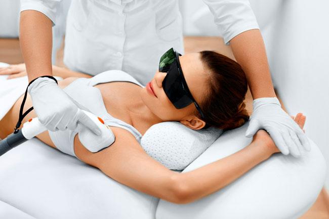 Между сеансами лазерной эпиляции категорически не рекомендуется загорать, так как кожа в результате загара становится более сухой и чувствительной