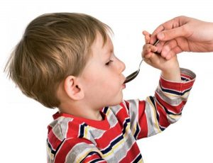 Лазолван в сиропе - наиболее подходящий вариант для ребенка, поскольку он имеет приятный вкус и удобен для приема