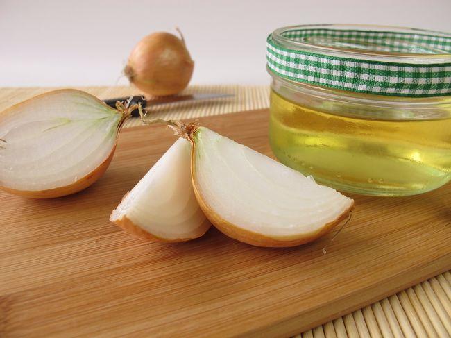 Из меда и лука также можно сделать луковый отвар - незаменимое лекарство при бронхите