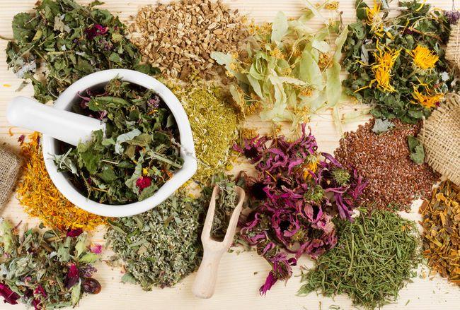 Чтобы избежать аллергических реакций, необходимо постепенно вносить новые растения в отвары для полосканий
