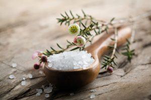 Некоторым удавалось побороть грибок при помощи приятных ванночек с морской солью