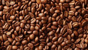 """Самый """"вкусный"""" метод, поскольку ноги придется окунать в воду с молотым натуральным кофе, но это следует делать только перед сном, а ноги мыть с утра в холодной воде"""