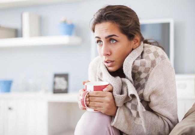 Характерными симптомами пониженных лейкоцитов являются повышенная температура и озноб