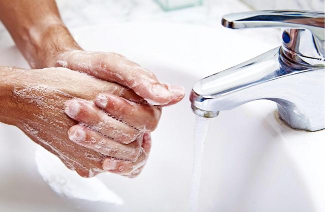 Не допускается попадание мази Ауробин в глаза, поэтому после нанесения препарата, необходимо тщательно вымыть руки