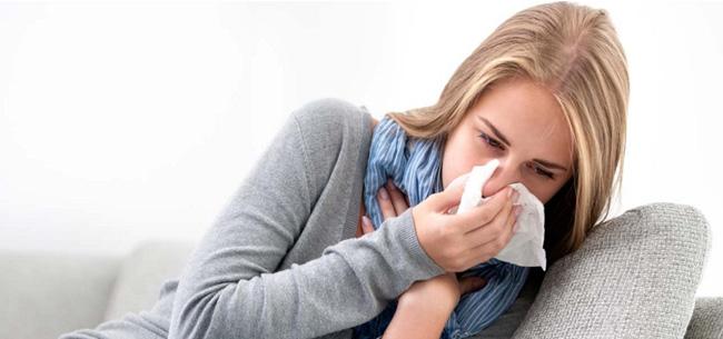 Мазь обладает противовоспалительными и антибактериальными свойствами, благодаря чему, помогает устранить патогенные организмы вызывающие насморк, приводя в ному слизистую носа