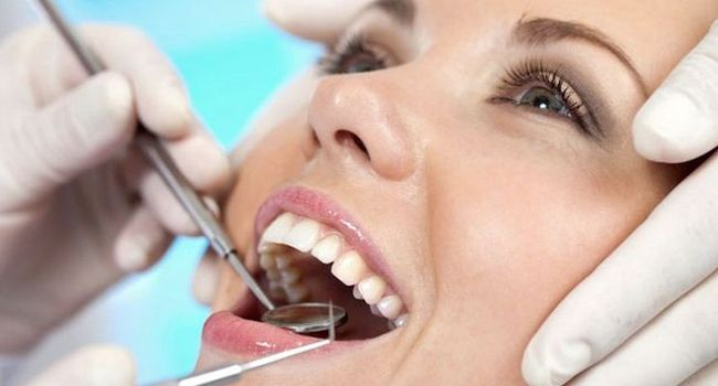Регулярные визиты к стоматологу могут избавить от ряда причин, по которым возникает металлический привкус во рту