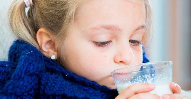Для снятия налета с верхних дыхательных путей и уменьшения отечности используют полоскания горла