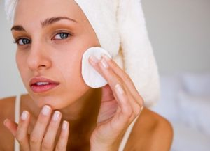 При внезапном высыпании на коже лица лучше сразу обратиться к терапевту, косметологу либо дерматологу для определения причины и лечения