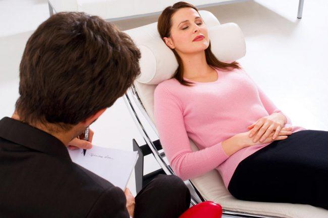 Не стоит пренебрегать помощью психолога - порой только специалист способен облегчить жизнь человеку, страдающему неврозами, и вернуть в нее гармонию