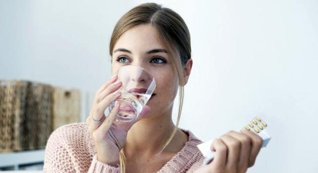 Таблетки Нифуроксазид, можно принимать независимо от приема пищи, таблетки не надо разжевывать, их проглатывают запиваю большим количеством негазированной воды