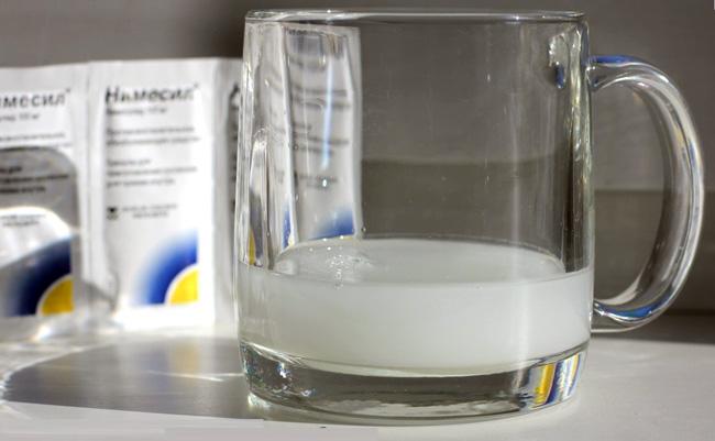 Нимесил выпускают в виде светло-желтого порошка расфасованного в пакетики. Принимают его растворив в воде
