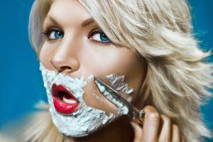 Не заметить повышение тестостерона у женщины просто невозможно, поскольку у женщины в буквальном смысле начинают проявляются мужские черты на теле: меняется фигура, появляются волосы на подбородке и т.д