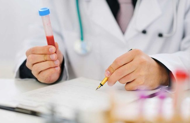 По итогу сдачи анализа на тромбоциты врач назначает лечение, которое является не только медикаментозным. Для нормализации тромбоцитов нужно вести здоровый образ жизни