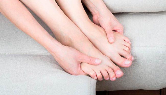 Онемение правой руки и ноги одновременно – это серьезный сигнал к тому, что с организмом не все в порядке. Обратитесь к хорошему специалисту: в такой ситуации не следует терять драгоценное время.