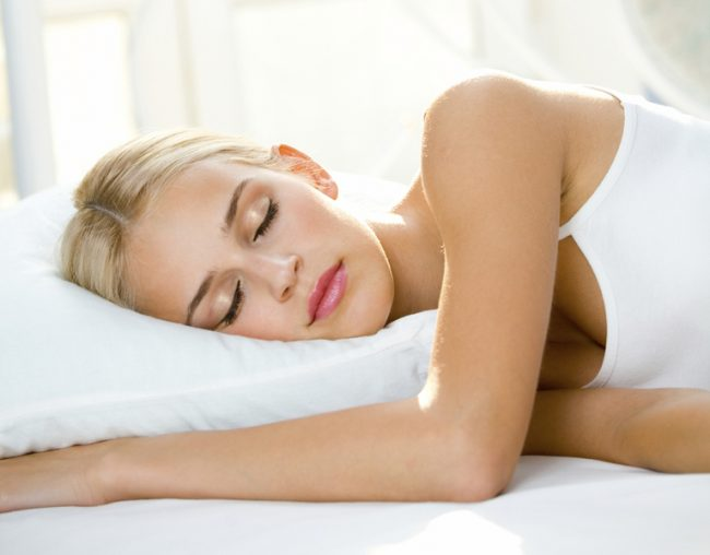 Неудобное положение во сне - одна из причин онемения конечностей