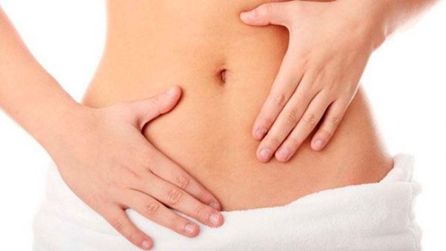 Первые симптомы заболевания характеризуются тянущими болями внизу живота, пояснице, болью при половом акте, усилением болей во время месячных, а также увеличением интенсивности кровотечения