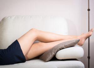 Во время отдыха хорошо подкладывать под ноги подушку или валик