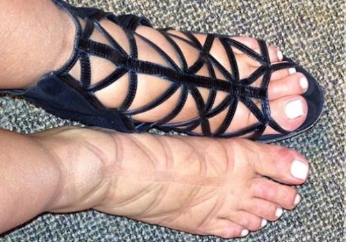 Связали большие пальцы ног