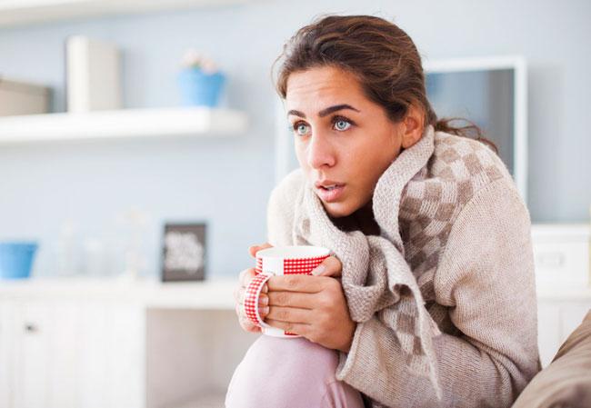 Вегетососудистая дистония может быть причиной озноба, так как у людей, страдающих от данного заболевания, практически всегда очень холодные ноги и руки, им трудно согреться, поскольку их сосуды находятся в плохом тонусе