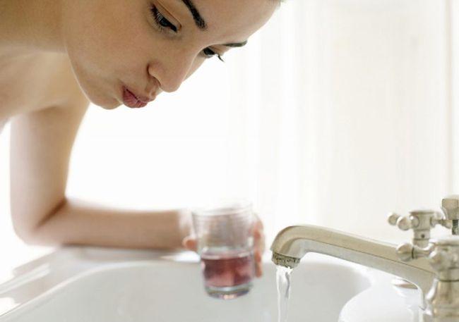 При пародонтозе необходимо чистить зубы лечебными пастами и полоскать полость рта