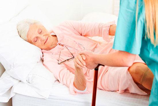 В среднем, срок восстановления после перелома бедра у пожилых людей может составлять от 6 до 8 месяцев