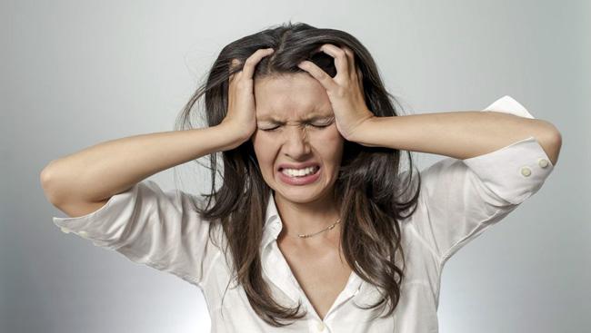 При сухом перитоните скопление экссудата незначительное, больной жалуется на интенсивную боль, он возбужден и обеспокоен
