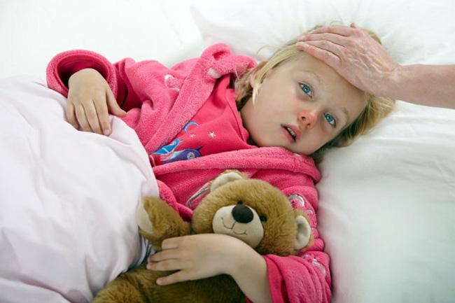 У детей перитонит проявляется значительным ухудшением самочувствия, повышением температуры до 38°C, ребенок становится нервным, капризным, беспричинно плачет и не хочет есть