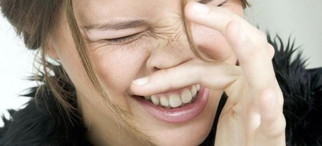 Не смотря на то, что препарат хорошо переносится больными, иногда могут возникнуть побочные эффекты в виде зуда и жжения в местах нанесения, усиления воспалительной реакции, гиперемии слизистой, отек носовой полости