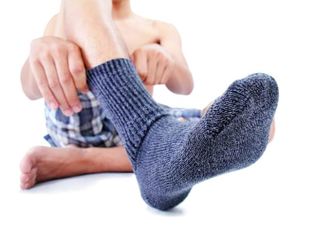 Правильность выбора носочно-чулочных изделий. Помните, подобные носки могут создавать весьма и весьма неблагоприятный микроклимат и даже провоцировать повышенное потоотделение в стопах