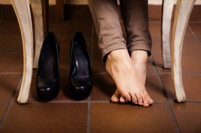 Одной из явных причин является некачественная обувь или синтетические носки. Ненатуральные материалы очень плохо впитывают пот, и совсем не пропускают воздух