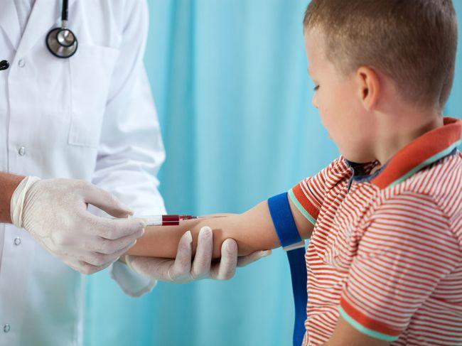 У ребенка для обследования берут кровь из вены или пальца