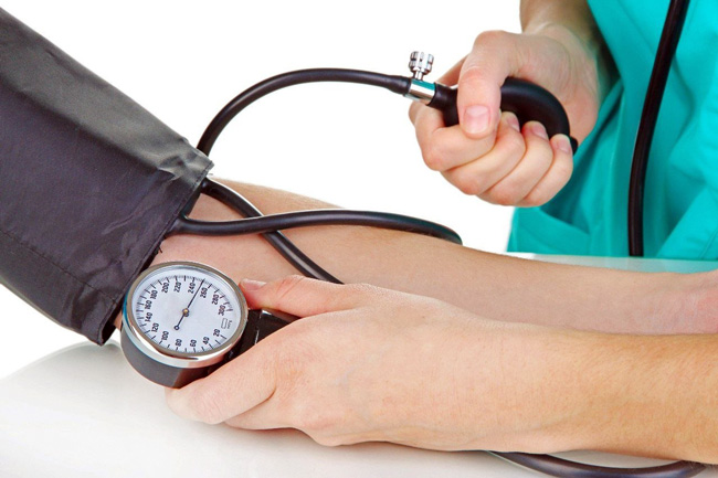 При появлении признаков высокого давления, необходимо проверить АД с помощью тонометра