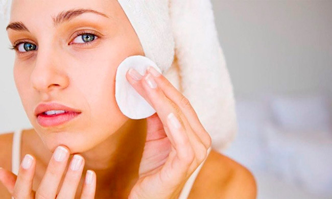 В составе косметических средств содержатся противовоспалительные, антибактериальные компоненты, способствующие избавлению от прыщей