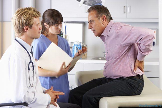 При выявлении радикулита поясничного лечение медикаментами — это основной и обязательный этап. Пациентам назначается комплекс препаратов разных фармакологических групп (системные и местного воздействия) и требующих различного способа введения
