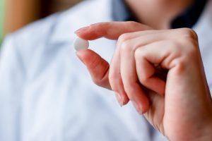 В случае пропуска приема Аспирина следует выпить его незамедлительно, при этом обращая внимание на то, сколько времени осталось до привычного времени. Если осталось мало, то лучше подождать, поскольку выпивать двойную дозу без указаний врача очень рискованно
