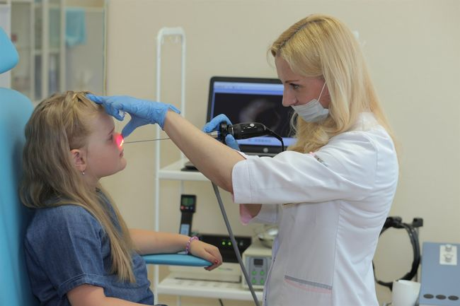 При хроническом рините часто назначают применение УФ облучение и другие процедуры