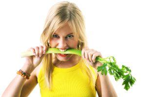 Сидящим на диете продукт можно использовать в совершенно разном виде: супы, салаты и смузи из сельедеря - супер-полезные и низкокалорийные блюда
