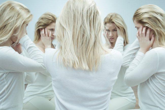 Бред воздействия является одним из наиболее характерных симптомов шизофрении у женщин. Больной кажется, что ее мыслями кто-то управляет, «вкладывает» их в ее голову с помощью магии, невидимых лучей