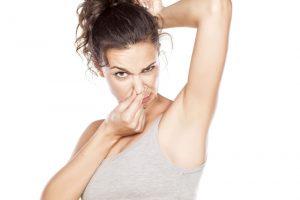 Вонючий запах пота - это вина бактерий, которые появляются через определенное время