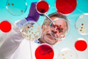 """Поскольку бактерия вырабатывает нейротоксин, то, если говорить простыми словами, бактерии постепенно """"отключают"""" все мышцы в вашем организме и по этой причине смерть наступает от банальной дыхательной недостаточности"""