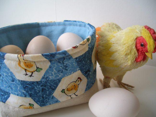 Хранить яйца нужно острием вниз. Тогда желток будет находиться в центре и не будет дотрагиваться до воздушного слоя, расположенного у тупого конца