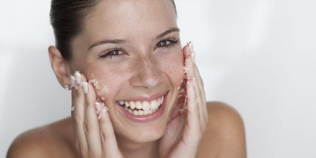 Использовать скраб противопоказано при сухой чувствительной коже, склонной к аллергическим реакциям