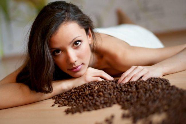 При регулярном наружном использовании кофейная гуща разрушает жировые прослойки под кожей и улучшает обмен веществ