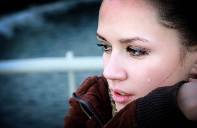Слезотечение может быть связано с избыточным образованием слезной жидкости или с нарушением ее оттока