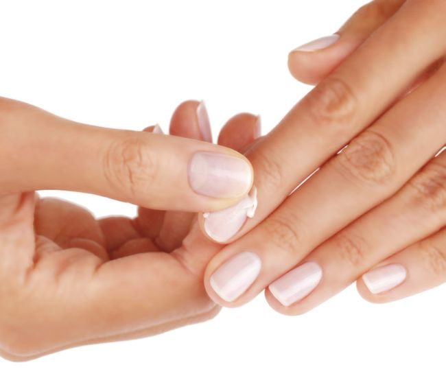 Дерматолог назначает медпрепараты, кремы и процедуры для лечения слоения ногтей