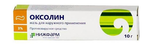 Оксолиновая мазь является противовирусным средством наружного применения. Действующее вещество – оксолин, блокирует места связывания вируса с поверхностью мембраны клеток и этим самым не позволяет вирусу проникать внутрь