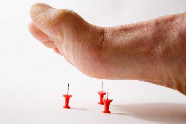 Человек не может наступать на ногу из-за боли, а затем и вовсе теряет способность передвигаться самостоятельно. Ткани стопы постепенно отмирают – это касается нервов, суставов, костей и кровеносных сосудов