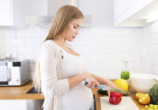 Токсикоз у каждой беременной женщины может выражаться по-разному: от легкой утренней тошноты до рвоты по 3-10 раз на день, что требует медицинского наблюдения и лечения