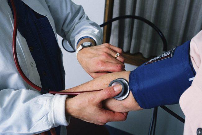 Каждый эпизод высокого давления бьет по сосудам головного мозга, сердца, почек или глаз, которые поэтому и называются органами-мишенями для гипертонии