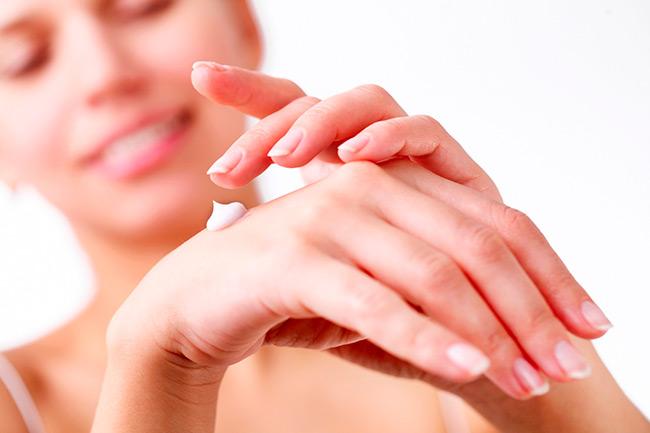При нанесении крема обязательно массируйте руки это улучшит кровообращение и усилит воздействие полезных компонентов